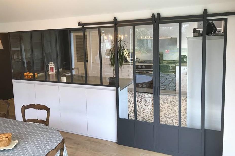 Cloison vitrée avec portes coulissantes