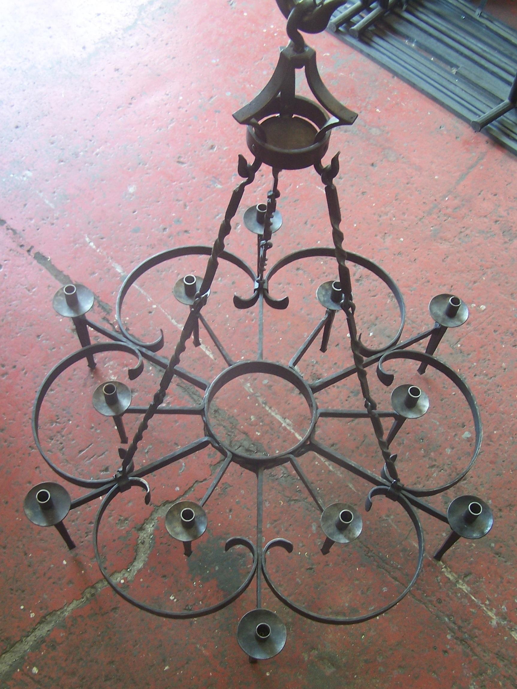 Lustre en fer forgé avec 12 torchères (vue de dessus)