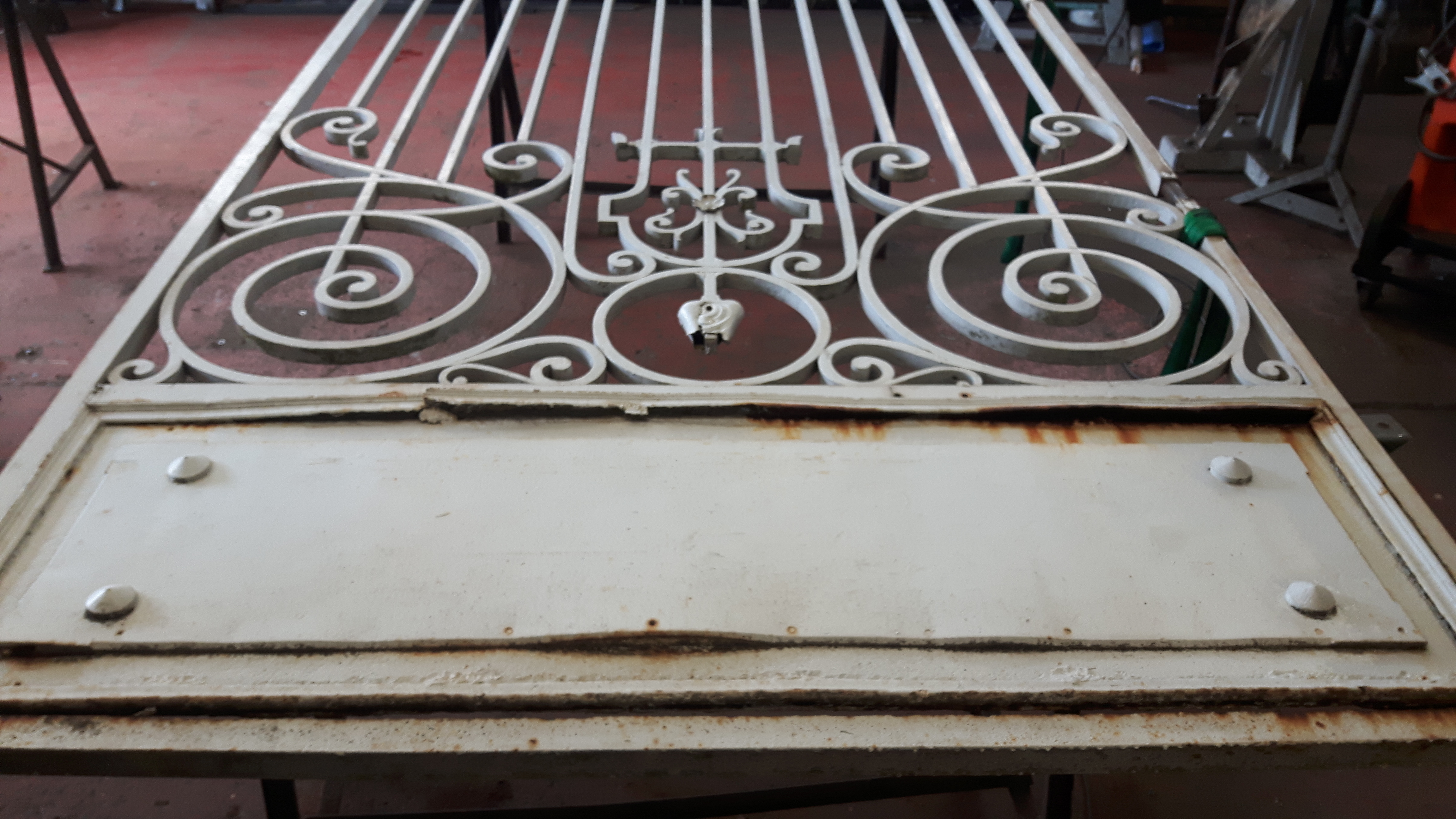 Restauration du portail de mairie en atelier
