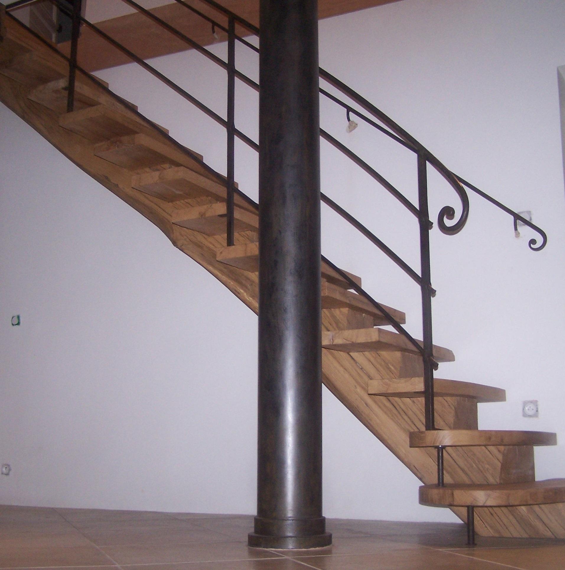 Rampe de type ancien sur escalier bois moderne
